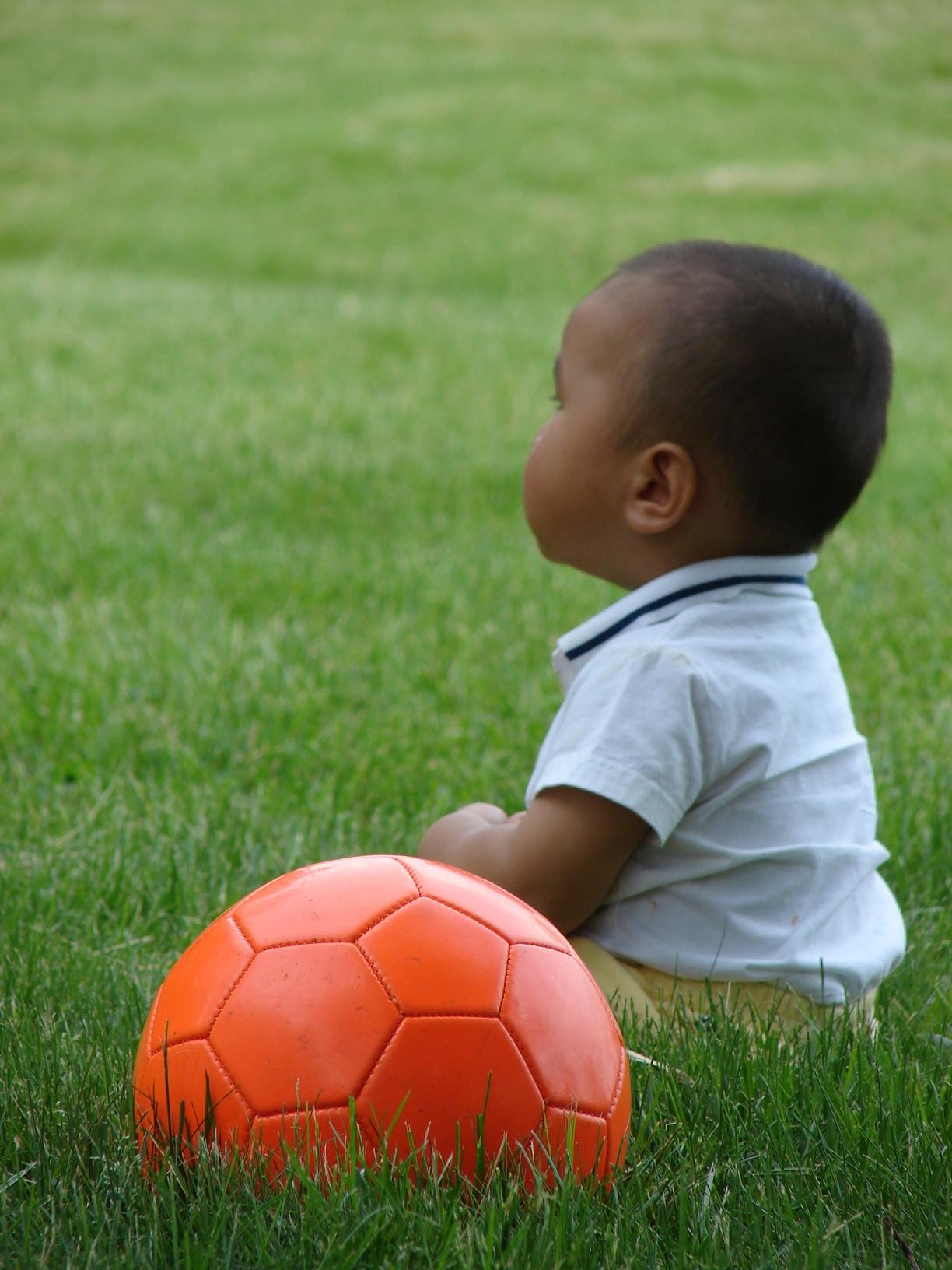 好多人在踢球。我攒一个橘色的先。